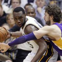 Photo -   Los Angeles Lakers forward Pau Gasol (16) defends Utah Jazz center Al Jefferson (25) during the second quarter of an NBA basketball game Wednesday, Nov. 7, 2012, in Salt Lake City. (AP Photo/Rick Bowmer)