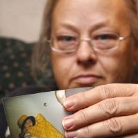 Photo - JOHN GIFFORD / DEATH / GRANDMOTHER / GRANDMA / DISCOVER / DISCOVERY: Dewanna Cleary discovered that her grandson John Brian Gifford, 5, had died when she read it in this morning's Oklahoman newspaper, in her apartment, Wednesday, Nov. 26, 2008. Here she holds a photo of him. BY DOUG HOKE, THE OKLAHOMAN. ORG XMIT: KOD