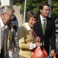 Photo -   Former Sen. John Edwards, right, leads his mother Bobbie Edwards, center, and father Wallace Edwards, into the Federal Courthouse in Greensboro, N.C. Wednesday, May 2, 2012. Edwards is accused of conspiring to secretly obtain more than $900,000 from two wealthy supporters to hide his extramarital affair with Rielle Hunter and her pregnancy from the media. He has pleaded not guilty to six charges related to violations of campaign-finance laws. (AP Photo/The News & Observer, Chuck Liddy)