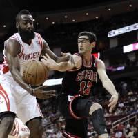 Photo -   Chicago Bulls' Kirk Hinrich (12) tries to pass the ball around Houston Rockets' James Harden during the first half of an NBA basketball game Wednesday, Nov. 21, 2012, in Houston. (AP Photo/Pat Sullivan)