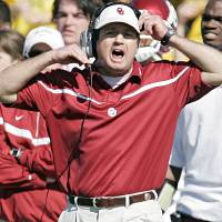 Photo - Oklahoma coach Bob Stoops yells at his offense in the first half during the University of Oklahoma Sooners (OU) college football game against Baylor University Bears (BU) at Floyd Casey Stadium, on Saturday, Nov. 18, 2006, in Waco, Texas.     by Chris Landsberger, The Oklahoman  ORG XMIT: KOD
