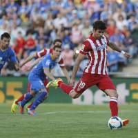 Photo - Atletico's Diego Costa, right, misses a penalty kick during a Spanish La Liga soccer match between Getafe and Atletico Madrid at the Coliseum Alfonso Perez  stadium in Madrid, Spain, Sunday, April 13, 2014. (AP Photo/Andres Kudacki)