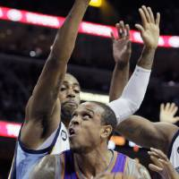 Photo - Phoenix Suns' Shannon Brown (26) tries to go the basket past Memphis Grizzlies' Wayne Ellington during the first half of an NBA basketball game in Memphis, Tenn., Tuesday, Dec. 4, 2012. (AP Photo/Danny Johnston)
