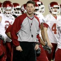 Photo - OU / COLLEGE FOOTBALL / SPRING PRACTICE: Defensive coordinator Brent Venables leads the defense during practice at the Everest Training Facility on the University of Oklahoma campus in Norman on Monday, March 8, 2010. Photo by John Clanton, The Oklahoman ORG XMIT: KOD