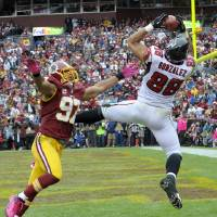 Photo -   Atlanta Falcons tight end Tony Gonzalez pulls in a touchdown pass under pressure from Washington Redskins linebacker Lorenzo Alexander during the first half of an NFL football game in Landover, Md., Sunday, Oct. 7, 2012. (AP Photo/Susan Walsh)