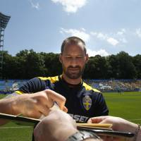 Photo -   Sweden goalkeeper Johan Wiland signs an autographs for a fan prior a training session at the Euro 2012 soccer championship in Kiev, Ukraine, Wednesday, June 13, 2012. (AP Photo/Sergei Grits)