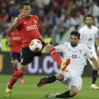Photo - Benfica's Lima fights for the ball against Sevilla's Coke during the Europa League soccer final between Sevilla and Benfica, at the Turin Juventus stadium in Turin, Italy, Wednesday, May 14, 2014. (AP Photo/Andrew Medichini)