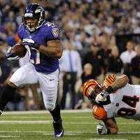 Photo -   Baltimore Ravens running back Ray Rice, left, rushes past Cincinnati Bengals defensive tackle Domata Peko for a touchdown in the first half of an NFL football game in Baltimore, Monday, Sept. 10, 2012. (AP Photo/Nick Wass)
