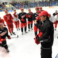 Photo - Detroit Red Wings coach Mike Babcock talks to his players during a break in practice at the NHL hockey team's training camp Sunday, Jan. 13, 2013, in Plymouth, Mich. (AP Photo/The Detroit News, David Guralnick) DETROIT FREE PRESS OUT  HUFFINGTON POST OUT  MAGS OUT