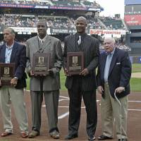 Photo - FILE - In this Aug. 1, 2010 file photo, from left, former New York Mets manager Davey Johnson, former Mets pitcher Dwight