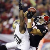 Photo - Atlanta Falcons tight end Tony Gonzalez (88) makes a catch for a touchdown as New Orleans Saints Saints middle linebacker Curtis Lofton (50) defends during the first half of an NFL football game, Thursday, Nov. 29, 2012, in Atlanta. (AP Photo/David Goldman)