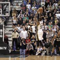 Photo - Utah Jazz point guard Mo Williams (5) shoots the game winning shot in the fourth quarter during an NBA basketball game against the San Antonio Spurs Wednesday, Dec.12, 2012, in Salt Lake City. The Jazz defeated the Spurs 99-96. (AP Photo/Rick Bowmer)
