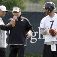 Photo -   Pittsburgh Steelers quarterback Ben Roethlisberger (7) listens to new offensive coordinator Todd Haley, left, during the first day of NFL football practice at the team's training facility on Tuesday, May 22, 2012 in Pittsburgh. Quarterbacks coach Randy Fichtner listens at center. (AP Photo/Keith Srakocic)