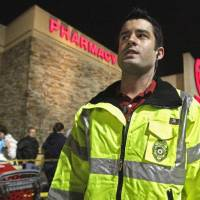 Photo - Hunter Witt, who leads the asset protection team at Target in Moore, supervises the crowd outside.  STEVE SISNEY - THE OKLAHOMAN