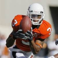 Photo - William Cole (3) makes a catch at the Oklahoma State University (OSU) college football game with University of Texas (UT) at Boone Pickens Stadium in Stillwater, Okla. Saturday, Nov. 3, 2007. BY NATE BILLINGS, THE OKLAHOMAN ORG XMIT: KOD