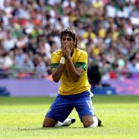 Photo -   Brazil's Neymar reacts during the men's soccer final against Mexico at the 2012 Summer Olympics, Saturday, Aug. 11, 2012, in London. (AP Photo/Luca Bruno)