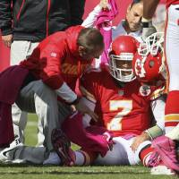 Photo -   Trainers assist Kansas City Chiefs quarterback Matt Cassel (7) during the second half of an NFL football game against the Baltimore Ravens at Arrowhead Stadium in Kansas City, Mo., Sunday, Oct. 7, 2012. The Ravens defeated the Chiefs 9-6. (AP Photo/Colin E. Braley)