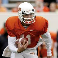 Photo - ORANGE AND WHITE GAME, OSU, COLLEGE FOOTBALL: Quarterback Zac Robinson (11) runs upfield during the Oklahoma State University Orange and White spring football scrimmage at Boone Pickens Stadium in Stillwater, Okla., Saturday, April 12, 2008. BY MATT STRASEN, THE OKLAHOMAN ORG XMIT: KOD