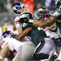 Photo -   New York Giants kicker Lawrence Tynes (9) watches his 54-yard field goal attempt fall short during the second half of an NFL football game against the Philadelphia Eagles, Sunday, Sept. 30, 2012, in Philadelphia. The Eagles won 19-17. (AP Photo/The Daily News, David Maialetti)