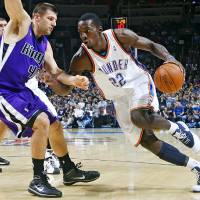 Photo - REGULAR SEASON OPENING NIGHT: Oklahoma City's Jeff Green (22) drives the ball against the Kings' Jon Brockman (40)  during opening night of the Oklahoma City Thunder NBA basketball game against the Sacramento Kings at the Ford Center on Wednesday, Oct. 28, 2009, in Oklahoma City, Okla.  Photo by Chris Landsberger, The Oklahoman ORG XMIT: KOD