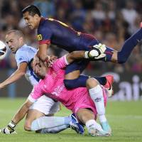 Photo -   FC Barcelona's Alexis Sanchez, from Chile, right, duels for the ball against against Granada's Borja Gomez, left, and Tono Martinez, center, during a Spanish La Liga soccer match at the Camp Nou stadium in Barcelona, Spain, Saturday, Sept. 22, 2012. (AP Photo/Manu Fernandez)