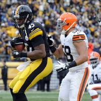 Photo - Pittsburgh Steelers tight end Leonard Pope (45) makes a catch for a touchdown in front of Cleveland Browns outside linebacker L.J. Fort (58) in the second quarter of an NFL football game on Sunday, Dec. 30, 2012, in Pittsburgh. (AP Photo/Don Wright)