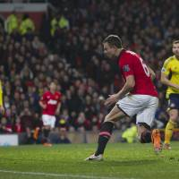 Photo - Manchester United's Jonny Evans, centre right, scores against Sunderland during their English League Cup semifinal second leg soccer match at Old Trafford Stadium, Manchester, England, Wednesday Jan. 22, 2014. (AP Photo/Jon Super)