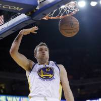 Photo - Golden State Warriors' David Lee dunks against the Los Angeles Clippers during the second half of an NBA basketball game on Thursday, Jan. 30, 2014, in Oakland, Calif.  Golden State won 111-92. (AP Photo)