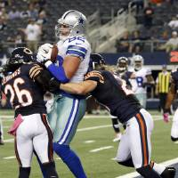 Photo -   Dallas Cowboys tight end Jason Witten (82) makes a touchdown reception between Chicago Bears cornerback Tim Jennings (26) and strong safety Craig Steltz (20) during the second half of an NFL football game, Monday, Oct. 1, 2012 in Arlington, Texas. (AP Photo/Sharon Ellman)