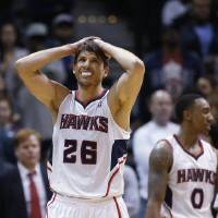 Photo - Atlanta Hawks' Kyle Korver (26) and Jeff Teague (0) reacts after a tun over in the final moments of the second half of an NBA basketball game against the Chicago Bulls Tuesday, Feb. 25, 2014, in Atlanta. Chicago won 107-103. (AP Photo/John Bazemore)