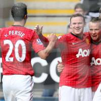 Photo -   Manchester United's Tom Cleverley, second right, celebrates his goal with his teammates during their English Premier League soccer match against Newcastle United at the Sports Direct Arena, Newcastle, England, Sunday, Oct. 7, 2012. (AP Photo/Scott Heppell)