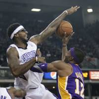 Photo -   Sacramento Kings forward James Johnson, left, blocks the shot of Los Angeles Lakers center Dwight Howard during the first quarter of an NBA basketball game in Sacramento, Calif., Wednesday, Nov. 21, 2012. (AP Photo/Rich Pedroncelli)