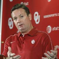 Photo -   Oklahoma head coach Bob Stoops gestures as he answers a question during an NCAA college football news conference in Norman, Okla., Monday, Oct. 8, 2012. Having avenged last season's loss to Texas Tech and moved on from the first loss of this season, No. 13 Oklahoma faces a pivotal Red River Rivalry showdown Saturday against No. 15 Texas as both teams try for the conference title. (AP Photo/Sue Ogrocki)