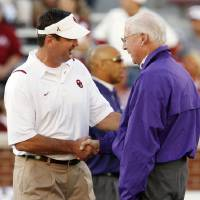 Photo - Head coaches Bob Stoops and Bill Snyder shake hands before the college football game between the University of Oklahoma Sooners (OU) and the Kansas State University Wildcats (KSU) at the Gaylord Family -- Oklahoma Memorial Stadium on Saturday, Oct. 31, 2009, in Norman, Okla. Photo by Steve Sisney, The Oklahoman ORG XMIT: KOD
