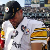 Photo -   Pittsburgh Steelers quarterback Ben Roethlisberger walks off the field after a 34-31 loss to the Oakland Raiders during an NFL football game in Oakland, Calif., Sunday, Sept. 23, 2012. (AP Photo/Tony Avelar)