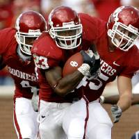 Photo - Allen Patrick runs past teammates Malcolm Kelly, left, and Dane Zaslaw for a 69-yard touchdown run in the first half during the University of Oklahoma Sooners (OU) college football game against Utah State University at the Gaylord Family -- Oklahoma Memorial Stadium, on Saturday, Sept. 15, 2007, in Norman, Okla.  By Bryan Terry, The Oklahoman     ORG XMIT: KOD