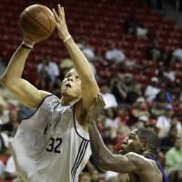 Photo - FORMER UNIVERSITY OF OKLAHOMA / OU: Los Angeles Clippers' Blake Griffin, left, shoots over Los Angeles Lakers' Chinemelu Elonu during an NBA summer league basketball game in Las Vegas on Monday, July 13, 2009. (AP Photo/Laura Rauch) ORG XMIT: NVLR107