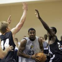 Photo - OKC NBA, FORMER SEATTLE SUPERSONICS, SONICS BASKETBALL TEAM: Indiana Pacers' Stephen Graham (23) gets between Oklahoma City's Nick Lewis, left, and Jeff Green during a NBA summer league basketball game in Orlando, Fla., Monday, July 7, 2008.(AP Photo/John Raoux) ORG XMIT: FLJR110