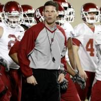 Photo - Defensive coordinator Brent Venables leads the defense during practice at the Everest Training Facility on the University of Oklahoma campus in Norman on Monday, March 8, 2010. Photo by John Clanton
