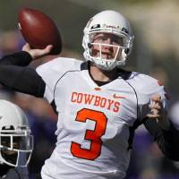 Photo -  Weeden back to pass... no Wildcats in sight