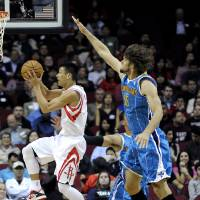 Photo -   Houston Rockets' Jeremy Lin, left, goes to the basket followed by New Orleans Hornets' Robin Lopez (15) in the first half of an NBA basketball game, Wednesday, Nov. 14, 2012, in Houston. (AP Photo/Pat Sullivan)