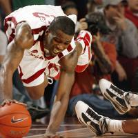 Photo - Willie Warren saves the ball from going out of bounds on defense in the final minute during the second half of the men's college basketball game where the University of Oklahoma Sooners (OU) defeated the Missouri Tigers (MU) 66-61 at the Lloyd Noble Center on Saturday, Jan. 16, 2009, in Norman, Okla. Photo by Steve Sisney, The Oklahoman ORG XMIT: KOD
