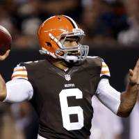 Photo -   Cleveland Browns quarterback Seneca Wallace throws a 2-yard touchdown pass to wide receiver Rod Windsor in the second quarter of a preseason NFL football game against the Chicago Bears Thursday, Aug. 30, 2012, in Cleveland. (AP Photo/Mark Duncan)