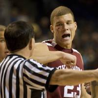 Photo - OU / INJURY / INJURED / ELBOW: University of Oklahoma's Blake Griffin tells an official that he was elbowed in the face during the second half of an NCAA college basketball game against Rice on Monday, Dec. 22, 2008, in Houston. (AP Photo/Dave Einsel) ORG XMIT: TXDE103