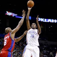 Photo - EXHIBITION: Kevin Durant of the Oklahoma City Thunder shoots the ball past Brian Skinner of the L.A. Clippers during the preseason NBA basketball game between the Oklahoma City Thunder and the Los Angeles Clippers at the Ford Center in Oklahoma City, Tuesday, October 14, 2008. BRYAN TERRY, THE OKLAHOMAN  ORG XMIT: KOD