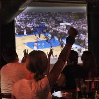 Photo - Fans watch the Thunder and Spurs play Wednesday at Tapwerks.  Photo by Jim Beckel, THE OKLAHOMAN