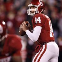 Photo - Sam Bradford throws during the first half of the college football game between the University of Oklahoma Sooners (OU) and Texas Tech University at the Gaylord Family -- Oklahoma Memorial Stadium on Saturday, Nov. 22, 2008, in Norman, Okla.   BY STEVE SISNEY, THE OKLAHOMAN   ORG XMIT: kod