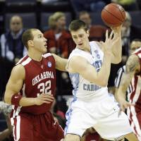 Photo - NCAA TOURNAMENT / COLLEGE BASKETBALL / ELITE 8 / UNIVERSITY OF OKLAHOMA / OU: Oklahoma's Taylor Griffin (32) defends on North Carolina's Tyler Hansbrough (50) during the first half in the Elite Eight game of NCAA Men's Basketball Regional between the University of North Carolina and the University of Oklahoma at the FedEx Forum on Sunday, March 29, 2009, in Memphis, Tenn.  PHOTO BY CHRIS LANDSBERGER, THE OKLAHOMAN  ORG XMIT: KOD