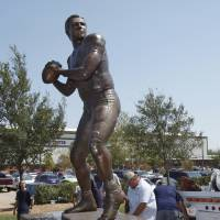 Photo - INSTALLATION: Workers install a statue of Sam Bradford in Heisman Park at the University of Oklahoma (OU) on Wednesday, August 31, 2011, in Norman, Okla.   Photo by Steve Sisney, The Oklahoman ORG XMIT: KOD