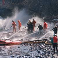 Photo -   Crews use high- pressure hoses to blast the rocks on this beach front April 21, 1989, on Naked Island, Alaska. This is one of only two beaches that are being worked on, of the 58 beaches in the Prince William Sound.  AP File Photo   Rob Stapleton -